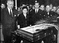 President Carlos Ibáñez del Campo with First Lady Rosa Quiroz de Ávila Graciela Letelier Velasco (to his left) view the body of Gabriela Mistral (photo: El Mercurio.)