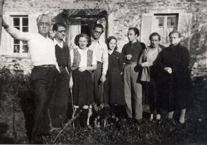 Exiles in Roissy-en-Brie (l to r): Magin Muria, Armand Obiols, Rodoreda, Jordi Murià, Amalia Casals, Agusti Bartra, Muria Anna and Anna Romero at Villa Rosset in Roissy-en-Brie. October 16, 1939. (Source: Fundació Mercè Rodoreda.)